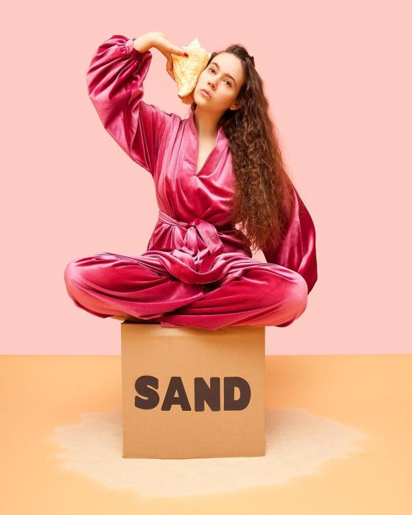 Olivia Locher sand
